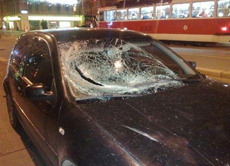 Řidič chodce srazil na přechodu. Auto skončilo s rozbitým předním sklem.