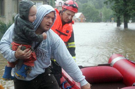Záchranáři evakuzjí obyvatele zatopeného Mníšku.