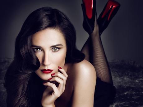 Demi Moore v reklamě na novou rtěnku Helena Rubinstein silně připomíná neméně slavnou tanečnici Ditu Von Teese, která vrátila na výsluní typicky ženský vzhled s rudými rty