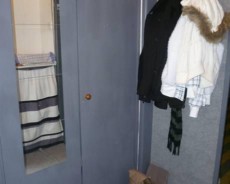 Dveře jsou odhlučněné nalepeným kobercem. Šatní skříň dostala šedý nátěr