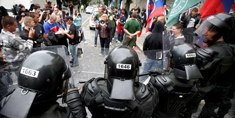 Slovenská policie zakročila proti extremistům u hradu v Bratislavě (7.8.2010)