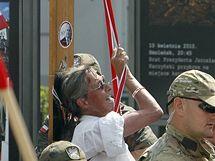 Stovky Poláků demonstrovaly proti přesunu dřevěného kříže před prezidentským palácem ve Varšavě