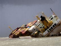 Loď MSC Chitra se u Bombaje po srážce s jinou lodí převrátila na bok