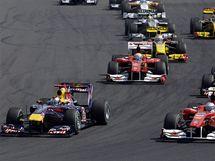 Sebastian Vettel z Red Bullu (vlevo) se ujal po startu vedení ve VC Maďarska formule 1.