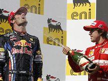 """Fernando Alonso byl ve Velké ceně Maďarska druhý, na stupních vítězů """"sprchuje"""" šampaňským vítěze Marka Webbera."""