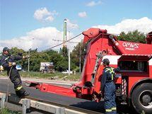 Na čerpací stanici v Modřicích narazil náklaďák do auta, zaklíněná vozidla museli vyprostit hasiči
