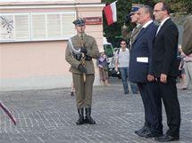 Šéf české diplomacie Karel Schwarzenberg u památníku Varšavského povstání v Polsku (2. srpna 2010)
