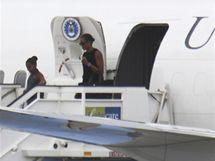 Michelle Obamová a malá Sasha vystupují v Malaze z Air Force Two (4. srpna 2010)