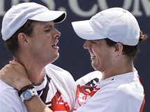Mike (vpravo) a Bob Bryanovi se radují ze zisku rekordního 62. deblového titulu