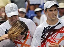 Mike (vpravo) a Bob Bryanovi s matkou Kathy po zisku rekordního 62. deblového titulu