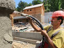 Alexej Mamashukrov pracuje jako d�ln�k na projektu Beringie - um�l�ch skal v brn�nsk� zoo