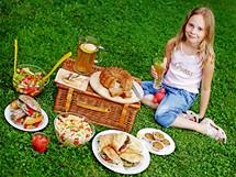 Jak připravit správný piknik? Základ tvoří dobří přátelé, velká deka a kvalitní jídlo.