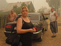 Nešťastní obyvatelé vyhořelé vesnice Kadanok (3. srpna 2010)