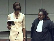 Campbellová přísahá na bibli (5. srpna 2010)
