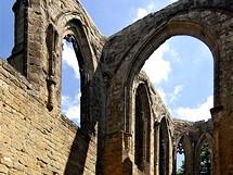 Monumentální zřícenina hradního kostela