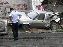 Opilý řidič traktoru za sebou zanechal v čínském okresu Jüan-š' spoušť (1. srpna 2010)
