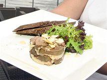 HUSÍ JÁTRA. Dáte-li si v pražské restauraci Port 62 husí játra s mandlemi, chybu neuděláte. Podávají se studená se zeleninou a chlebem.