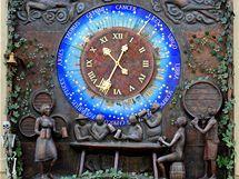 Moderní orloj oslavující chmel a pivo ukazuje nejen hodiny, ale díky zvěrokruhu také astronomický čas