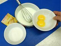 V misce rozšlehejte sladkou smetanu s  cukrem a dvěma oddělenými žloutky