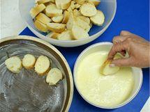 Rohlíky nakrájejte na kolečka silná 1 cm, namočte do smetany a skládejte na dno máslem vytřené zapékací mísy