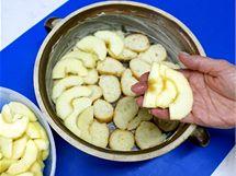 Na rohlíková kolečka rozložte plátky jablek