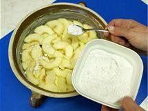 Vrstvu jablek posypte mletou skořicí s moučkovým cukrem