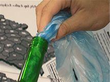 Mikrotenový sáček nebo tašku zatočte do ruličky a nastrkejte do lahve otevřenou částí nahoru