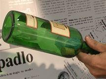 Mikrotenový sáček nebo tašku nastrkejte do lahve otevřenou částí nahoru tak, aby špunt zůstal těsně pod hrdlem
