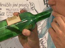Mikrotenový sáček nebo tašku uvnitř lahve nafoukněte