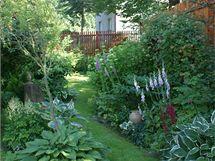 Kláře se podařilo mistrně skloubit venkovskou babičkovskou zahradu s anglickým stylem