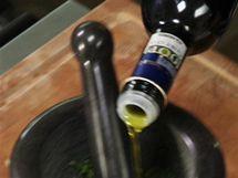 K podrceným lístkům přilijte olivový olej