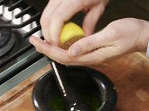 Přidejte citrónovou šťávu a směs vymíchejte do krémovité konzistence