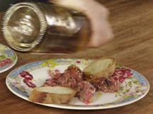 Na talíři tatarák ještě zakápněte kvalitním olivovým olejem