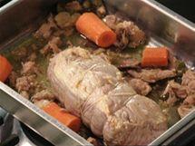K orestovanému masu přidejte tuňáka z konzervy, kapary, ančovičky a kousky mrkve