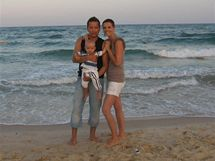 Petr Bende s manželkou Zuzanou a synem Matyasem na pláži v  Tunisku