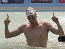 Německý plavec Thomas Lurz se raduje z vítězství v závodu na 10 kilometrů na mistrovství Evropy v Maďarsku.