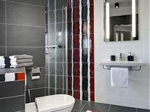 Koupelna pro hosty v �erno-�erven� kombinaci ze s�rie Materia