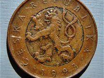 Desetikoruna z roku 1993 obsahuje nestandardní znaky. Na rubu připomíná bimetalickou padesátikorunovou minci.
