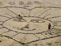 Lidé skládají z kamenů obrazce v lomu Hády.
