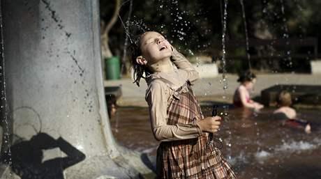 Dcera ultraortodoxních židů si hraje ve fontáně v Jeruzalémě.