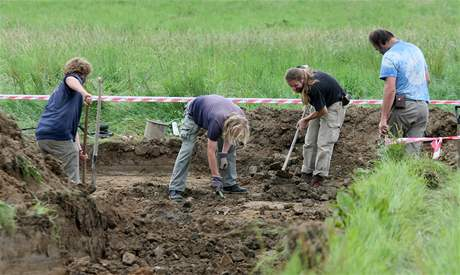 Policisté s archeology odkrývají u obce Dobronín na Jihlavsku masový hrob zavražděných Němců (16. srpna 2010)