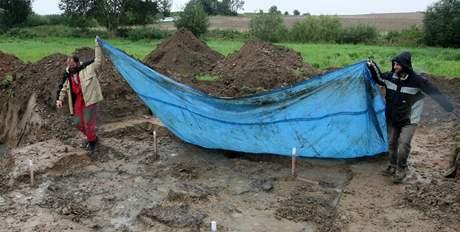 U Dobronína na Jihlavsku odkrývají archeologové hromadný hrob. V něm má ležet asi 15 Němců zavražděných v květnu 1945