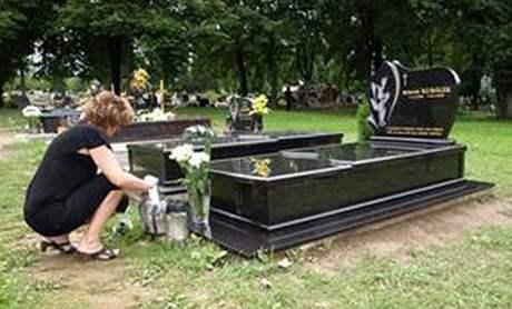 Některé vdovy chodí zapálit svíčku na hřbitov každý den (srpen 2010)