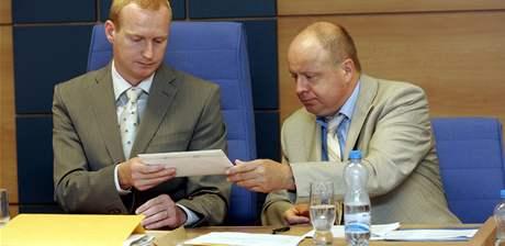 Šéf komise František Daněk (vlevo) přebírá obálku s nabídkami na koupi bývalé budovy soudu ve Zlíně