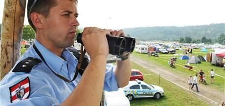 Policisté v kempu Start na Kývalce (Exit 182 z dálnice D1 Praha – Brno).  (13. srpen 2010)
