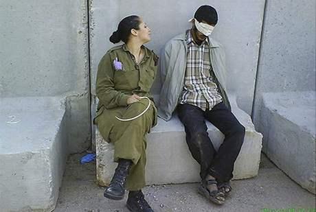 Eden Aberjilová na archivním snímku s palestinským vězněm