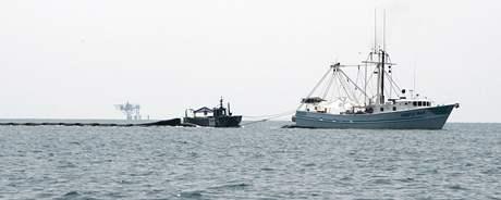 Lovci mořských plodů při odklízení ropy pro BP.