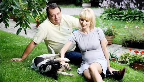 Jiří a Petra Paroubkovi na zahradě chalupy ve Vraném nad Vltavou. (6. srpna 2009)