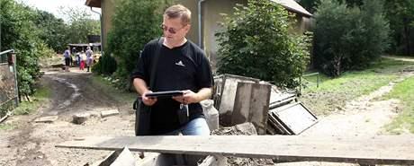 Pojišťovák Zdeněk Kresl v Chrastavě při vyhodnocování škod po bleskových povodních.
