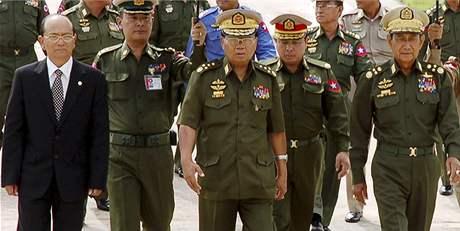 V čele barmské vojenské junty je Than Šwei (uprostřed)